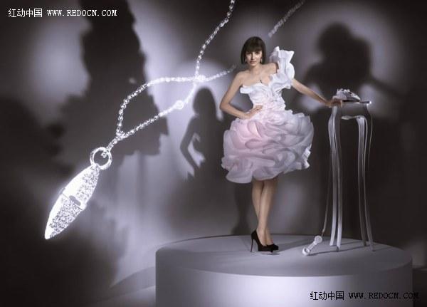 时尚纸艺巧匠Zoe Bradley 拥有「纸的魔术师」之美誉,她热爱以特殊素材及物料如纸张替代布料作为创作媒介,凭借过人的创意天赋及灵巧手艺,1997年于伦敦Middlesex大学服装设计系毕业后,即跟随殿堂级时装设计师Alexander McQueen学习,更曾为McQueen的时装秀设计展品,成绩一鸣惊人。她别树一帜的创作风格令一众时装界大师和品牌,如Moschino、Missoni、Michiko Koshino、Louis Vuitton、Harvey Nichols,甚至国际知名媒体 如Wall