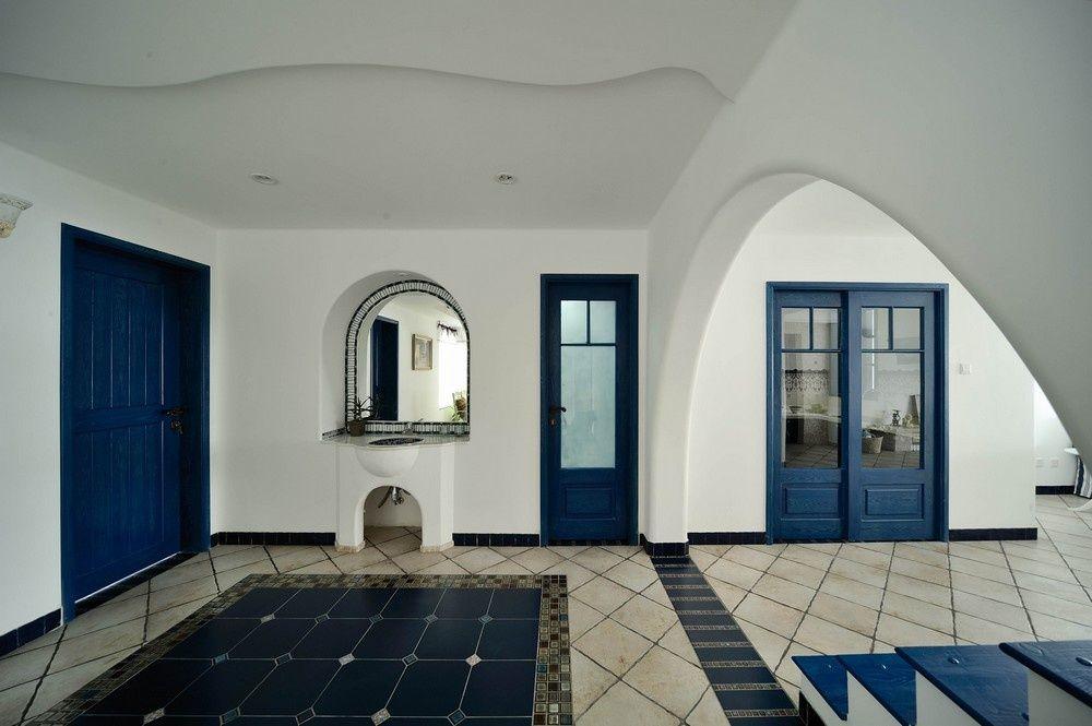 装修地中海风格要求高吗?成都濠润空间装饰设计大师介绍:地中海风格装修是类海洋风格装修的典型代表,是最富有人文精神和艺术气质的装修风格之一。但由于地中海风格装修的配套厂家不多,生产成本相对较高,加上地中海风格装修对建筑主体的苛刻要求以及造价等方面的原因,故而装修地中海风格的要求通常来说比较高。 装修地中海风格要求高吗? 1、地中海风格需要装修出拱形的空间 地中海装修风格的建筑特色是,拱门与半拱门、马蹄状的门窗。建筑中的圆形拱门及回廊通常采用数个连接或以垂直交接。 家中的墙面处(只要不是承重墙),均可运用半