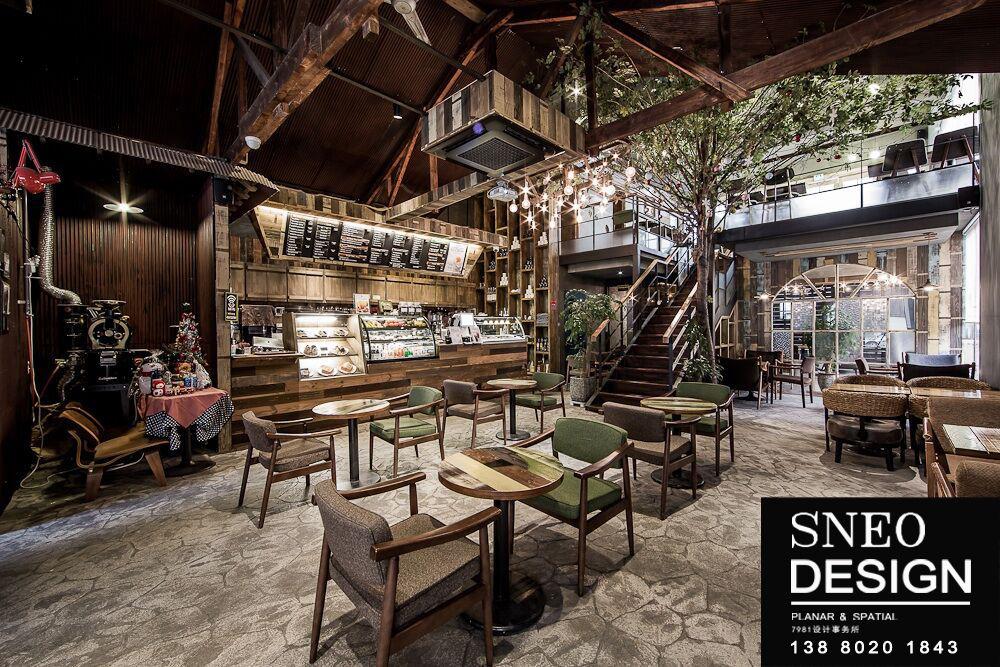 咖啡厅装修设计为需求而存在,成都咖啡厅设计的宗旨是以人为本,为人的生存而设计,人类的全部目的在于追求生存与发展,创造美好的人与自然和环境的关系。其核心是创造符合牛态环境良性循环规律的整个设计系统。在咖啡厅设计过程的每一个决策中都充分考虑到环境效益,尽量减少对环境的破坏,主要体现为三方面的内容:提倡适度消费、注重生态美学和倡导节约和循环利用。 咖啡厅装修设计施工原则要点:当主角和配角关系很明确时,心理也会安定下来。如果两者的关系模糊,便会令人无所适从,所以主从关系是家居布置中需要考虑的基本因素之一。成都咖啡